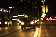 Unscharfe abstrakte Lichter Stadt-Leuchten Schattenbild eines Mannes mit einer Weinflasche in einer Hand und eine Recherche beleu lizenzfreie stockbilder