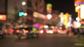 Unscharfe Ansicht der Nachtstraße mit belichteten roten Lichtern in Chinatown in Bangkok stock video
