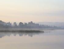 Unscharfe Ansicht des Ufers des Sees Lizenzfreie Stockfotos
