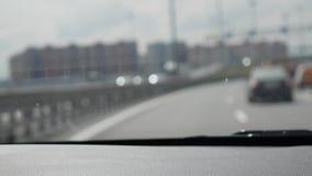 Unscharfe Ansicht durch das Vorderfenster des Autos Das Auto geht auf der Autobahn 4K stock video footage