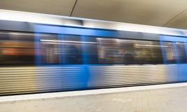 Unscharfe Ansicht eines Zugs an einer U-Bahnstation Stockbild