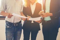Unscharfe Arbeit a Hintergrund Geschäfts-Team Conversion Talkings ungefähr Lizenzfreies Stockfoto