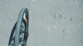 Unscharfe Asphaltstraße und spinnendes Fahrradvorderrad und -gabel stock video