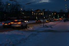 Unscharfe Bewegung von Autos auf der Straße der Abend an der Dämmerung Lizenzfreie Stockbilder
