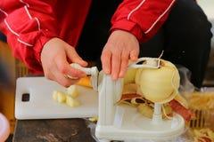 Unscharfe Bewegung von den Frauen, die spiralförmig Apfelhaut unter Verwendung des Apfels abziehen lizenzfreie stockfotos