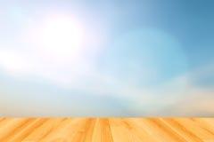 Unscharfe blauer Himmel Hintergründe und Holzfußboden stockfotografie