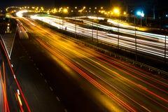 Unscharfe darknight Ampelspuren auf Straße Stockfotografie