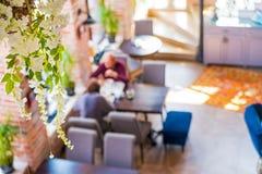 Unscharfe Draufsichtleute, die im Restaurant zu Mittag essen stockfoto