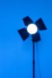 Unscharfe Entwürfe von Beleuchtung monoblock auf blauem Hintergrund Stockbilder