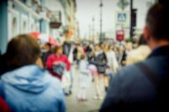 Unscharfe Fußgänger auf der Straße stockbilder
