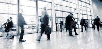 Unscharfe Geschäftsleute in der Eile auf einer internationalen Ausstellung stockfotos