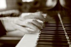 Unscharfe Hände auf Klavier lizenzfreies stockbild