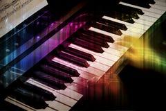 Unscharfe Hände an einem Klavier stockbilder