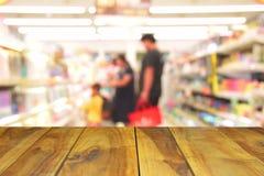 Unscharfe hölzerne Tabelle des Bildes auf bokeh Licht des Kaufhauses in s Stockfotografie