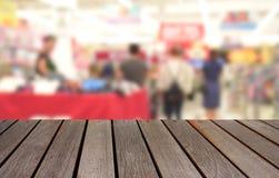Unscharfe hölzerne Tabelle des Bildes auf bokeh Licht des Kaufhauses in s Lizenzfreie Stockfotografie