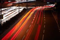 Unscharfe Heck-Leuchten und Ampeln auf Autobahn lizenzfreie stockbilder