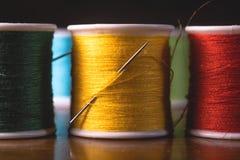 Unscharfe klare Farbfaden-Spulenspulen, industrieller nähender Konzeptentwurf stockfotografie