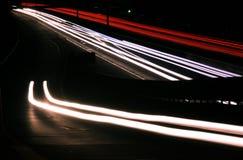Unscharfe Leuchten auf Datenbahn nachts stockfotografie