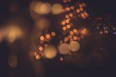 Unscharfe Nachtstadt beleuchtet in den warmen Farben durch Fensterreflexion von Straßenlaterne im Retrostil stockbilder