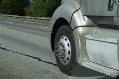 Unscharfe Räder von LKW Stockfoto
