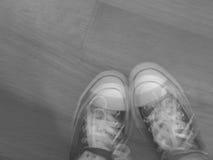 Unscharfe Schwarzweiss-Füße stockbild