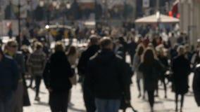 Unscharfe unerkennbare Leute gehen entlang sonniges Frühlingsstraßen-Zeitlupevideo stock footage