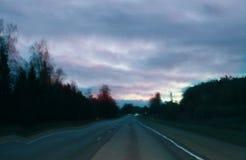 Unscharfe unfocused Ansicht durch den beweglichen Autowindfang Retro- Effekt des St?rschubs stockfotos