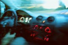 Unscharfe unfocused Ansicht durch den beweglichen Autowindfang Retro- Effekt des St?rschubs lizenzfreies stockfoto