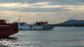 Unscharfe unfocused Fähre von Vung Tau, zum von Dao-Insel hereinzulegen, die den Hafen verlässt Teils fokussiert stock footage
