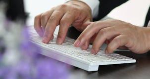 Unscharfe Vordergrundszene des Geschäftsmannes schreibend auf Tastatur für seine Arbeit in seinem Büro stock footage