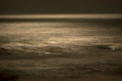 Unscharfe Wellen im Mondschein Stockfotografie