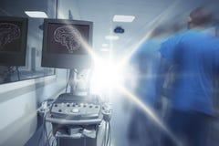 Unscharfe Zahl männlichen Doktors herein gehend in das Blinklicht Stockfotos