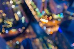 Unscharfer abstrakter Hintergrund beleuchtet, Stadtansicht vom Spitzendach Stockfoto
