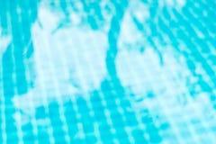 Unscharfer abstrakter Hintergrund des Bodens im Swimmingpool mit shado Lizenzfreie Stockfotos