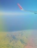 Unscharfer abstrakter Hintergrund von Flügelflugzeugen im Himmel stockfoto