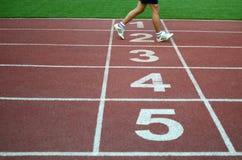 Unscharfer Athlet durch eine langsame Kameraverschlussgeschwindigkeit, die das fini kreuzt Lizenzfreies Stockbild