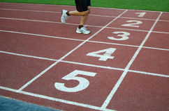 Unscharfer Athlet durch eine langsame Kameraverschlussgeschwindigkeit, die das fini kreuzt Lizenzfreie Stockfotografie
