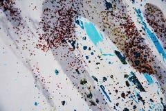 Unscharfer blauer phosphoreszierender grauer roter silbriger Hintergrund, wächserner Winterhintergrund Stockfotografie