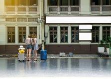Unscharfer Blick der jungen Frau die Karte an der Bahnstation für Reise Stockbilder