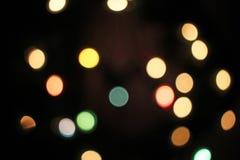 Unscharfer defocused Weihnachtslicht-Lichter bokeh Hintergrund Buntes rotes gelbes Blaugründe fokussierte funkelndes Muster stockbilder