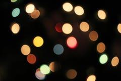 Unscharfer defocused Weihnachtslicht-Lichter bokeh Hintergrund Buntes rotes gelbes Blaugründe fokussierte funkelndes Muster lizenzfreie stockfotos