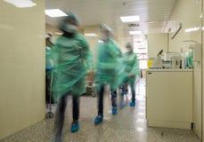 Unscharfer Doktor stellt tragende medizinische Uniformen ins Krankenhaus corr dar Stockbilder