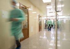 Unscharfer Doktor stellt tragende medizinische Uniformen ins Krankenhaus corr dar Stockfotos