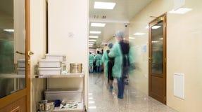 Unscharfer Doktor stellt tragende medizinische Uniformen ins Krankenhaus corr dar Lizenzfreie Stockbilder