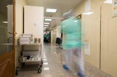 Unscharfer Doktor stellt tragende medizinische Uniformen ins Krankenhaus corr dar Stockfotografie