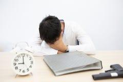 Unscharfer Fokus Geschäftsmänner werden an den geschäftlichen Problemen erschrocken Deprimierender, unglücklicher Mann möchte Sel stockfotografie