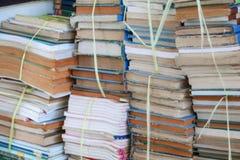 Unscharfer Fokus mit Stapel benutzten alten Büchern lizenzfreie stockbilder