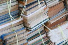 Unscharfer Fokus mit Stapel benutzten alten Büchern in der Schulbibliothek lizenzfreie stockfotos