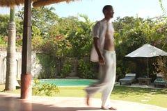Unscharfer gehender Mann Bali-1 Lizenzfreies Stockfoto