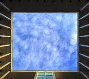 Unscharfer Himmel und Wolken gesehen durch einen quadratischen Fensterrahmen benutzt als Hintergrund Lizenzfreies Stockfoto